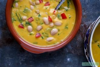 Vegetarische kikkererwtensoep met spinazie en zoete aardappel