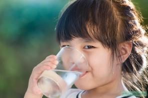 Betuttelend of slimme move? School verplicht kinderen om water te drinken