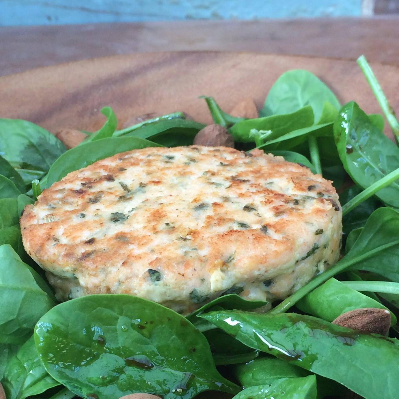 Zalmburger-met-spinaziesalade