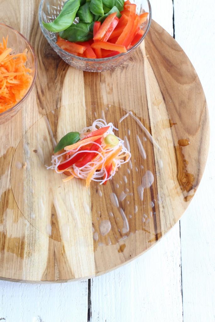 Voeg vervolgens de gesneden groenten toe, dan de kruiden en tot slot de glass noodles. Of mix deze ingrediënten van te voren al met elkaar.