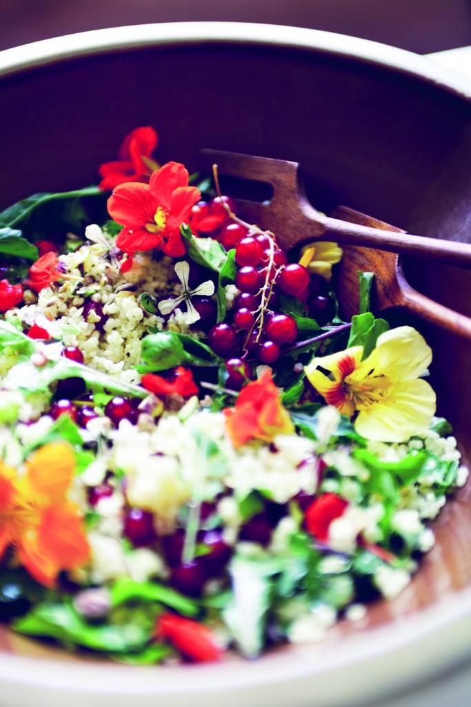 fleurige rucolasalade met eetbare bloemen