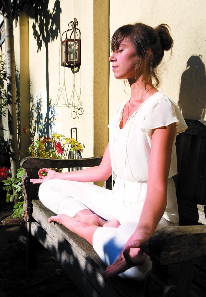 mediterende vrouw in de zon