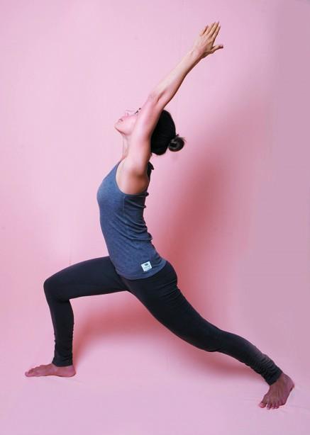 yoga pose kyra de vreeze