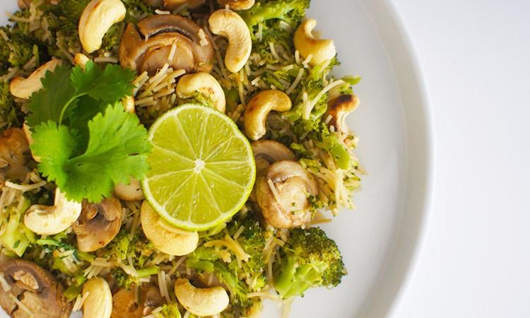 veganistische-pasta-broccoli-cashewnoten-paddenstoelen-koriander