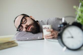 slapende man koffie