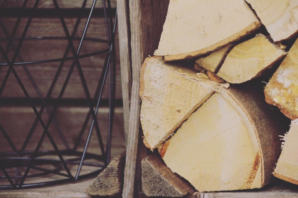 Gestapeld hout in een vintage krat geven een ultiem herfstgevoel.