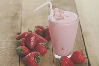 roze smoothie met aardbei