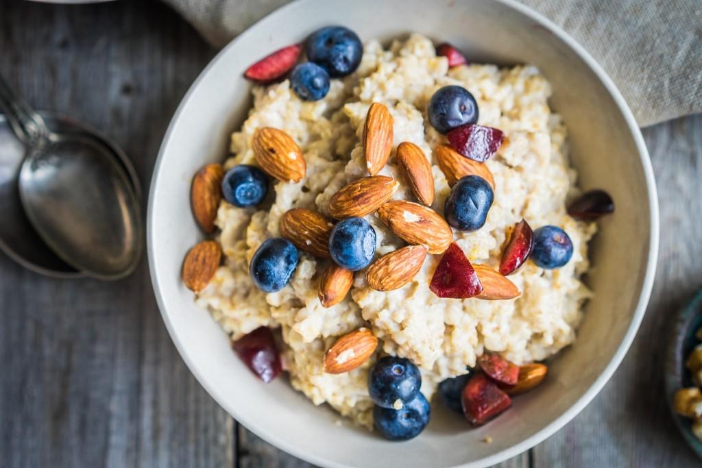 Overnight oats met blauwe bessen en amandelen