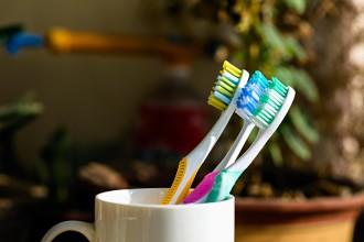 Gekleurde-tandenborstels-in-een-beker