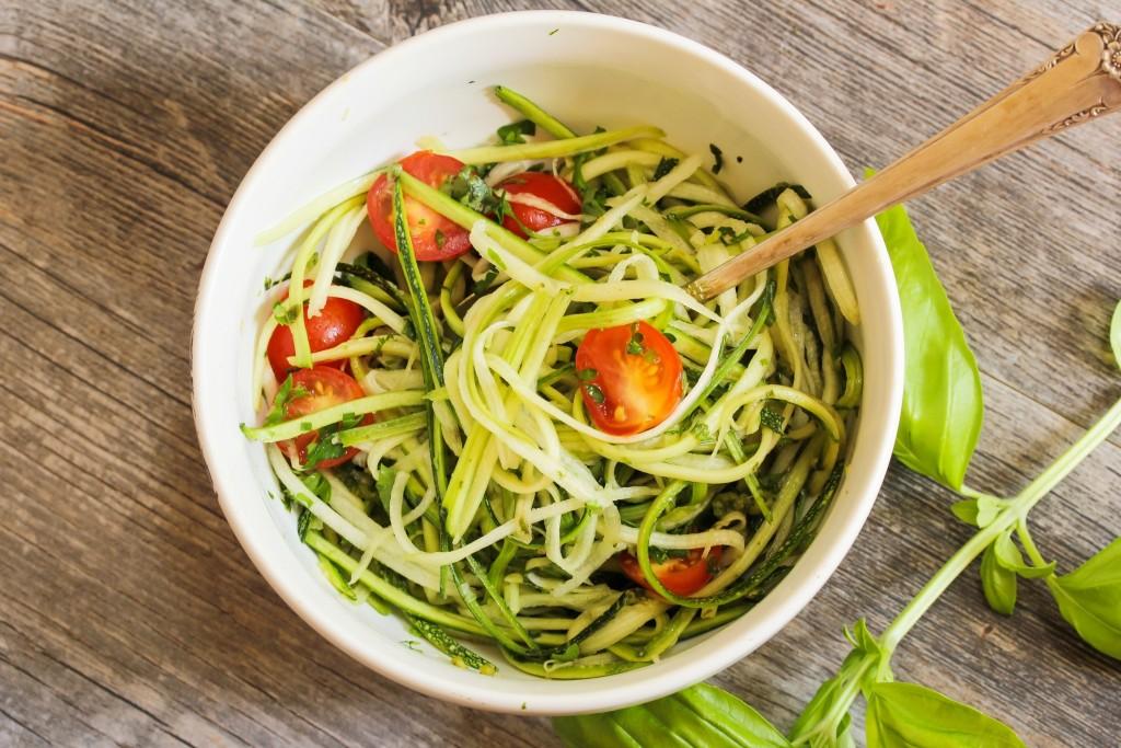 Gezonde courgette pasta met homemade pesto