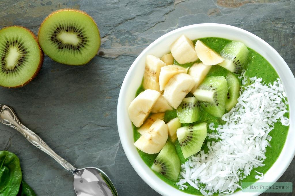 Groene smoothie bowl met matcha, avocado en banaan