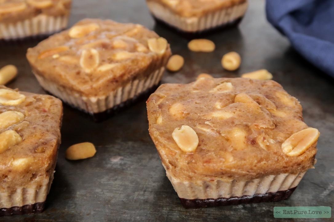 Vegan snicker taartjes met gezouten karamel-pinda topping