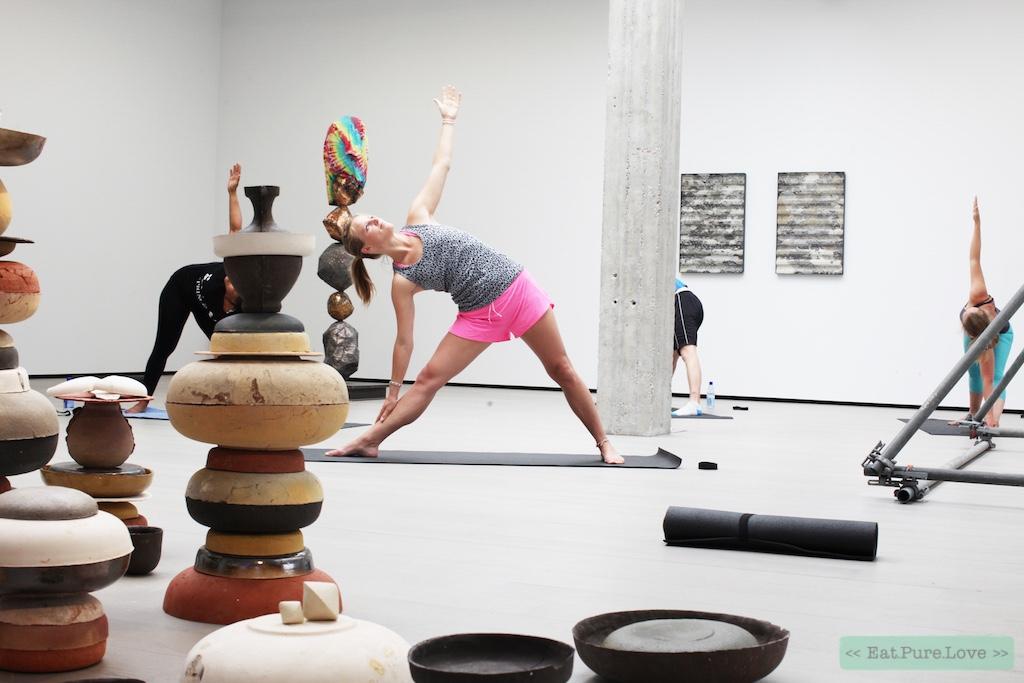 Wat denk je van een potje urban yoga in voormalige zwemparadijs Tropicana?