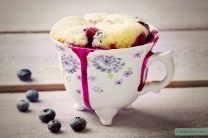 Glutenvrije mug cake met blauwe bessen