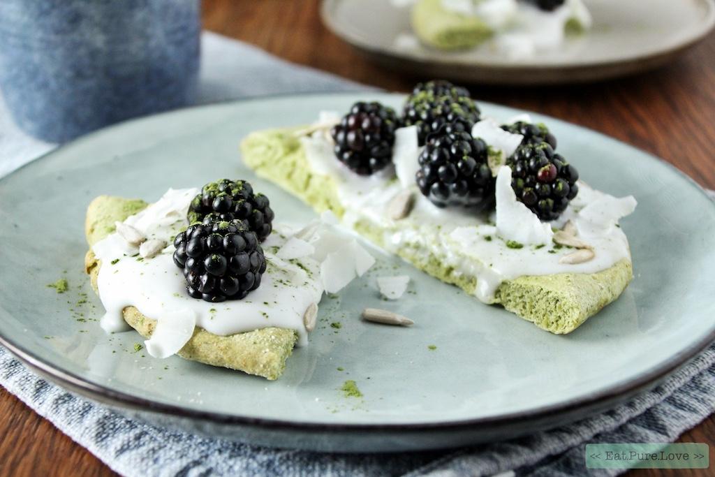 Matcha ontbijtpizza met kokos yoghurt en bramen