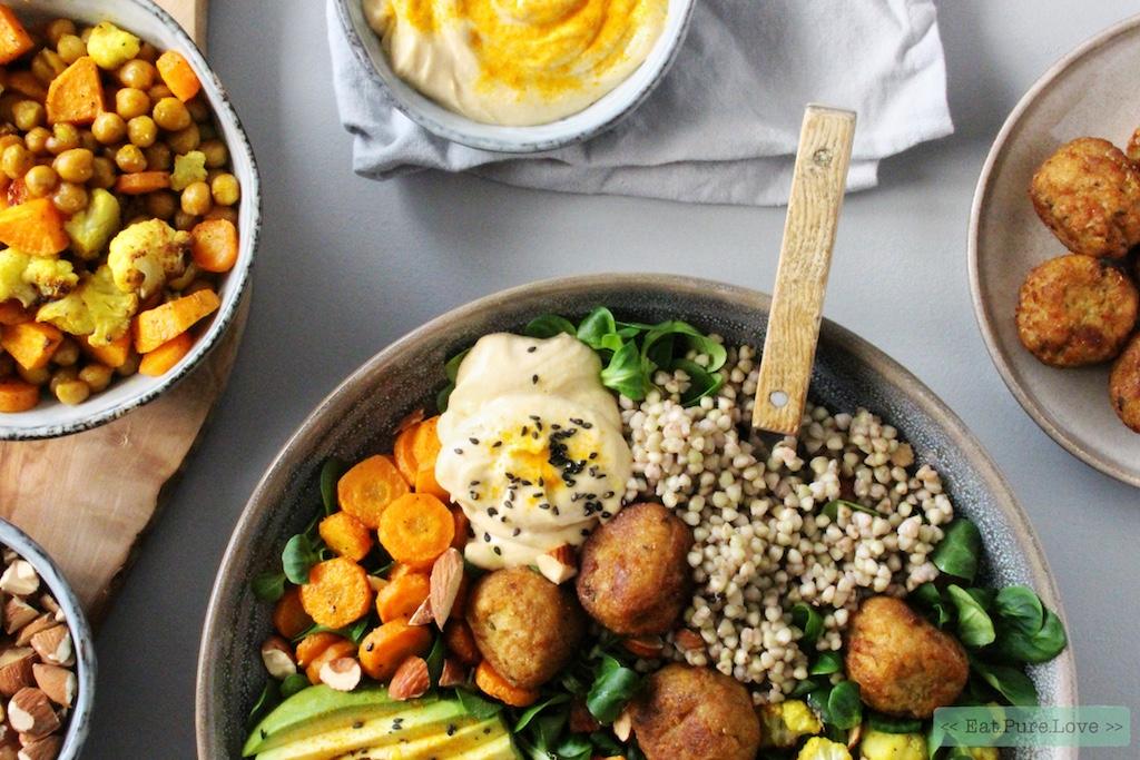 Vegetarische falafel bowl met zoete aardappel en hummus
