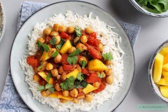 Vegan Indiase curry met tomaat en kikkererwten