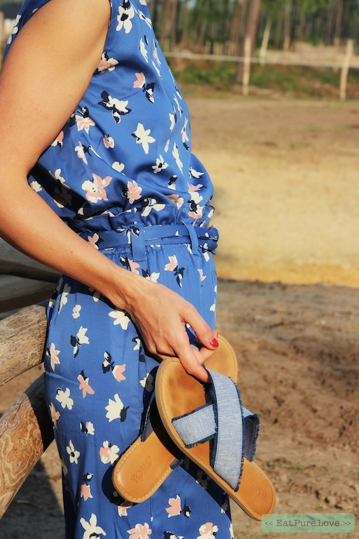 Fair fashion outfit: gebloemde broek en top van People Tree, vegan TOMS sandalen