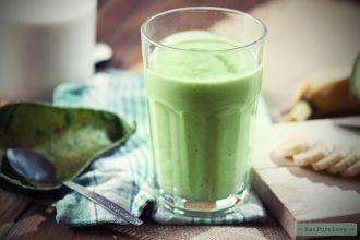 Romige vegan smoothie met avocado, mango en banaan