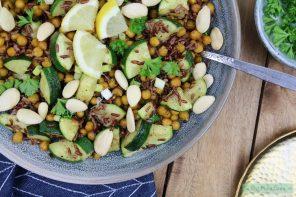 Salade met geroosterde kikkererwten en courgette
