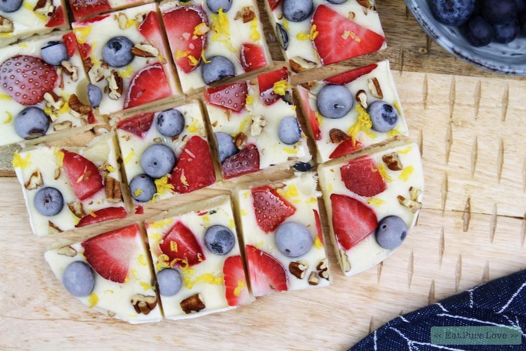 Zuivelvrije frozen yoghurt met blauwe bessen, aardbeien en peccannoten