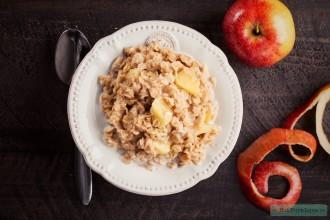 Havermout ontbijtje met pindakaas en appel