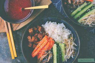 Vegetarische Koreaanse bibimbap bowl met tempeh