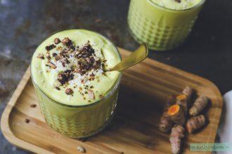 Gezonde kurkuma smoothie met mango