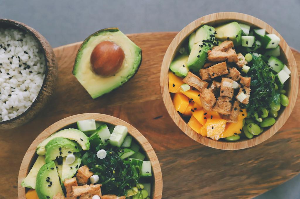 Vegan sushi bowl uit de stoomoven met avocado, mango en geroosterde tofu