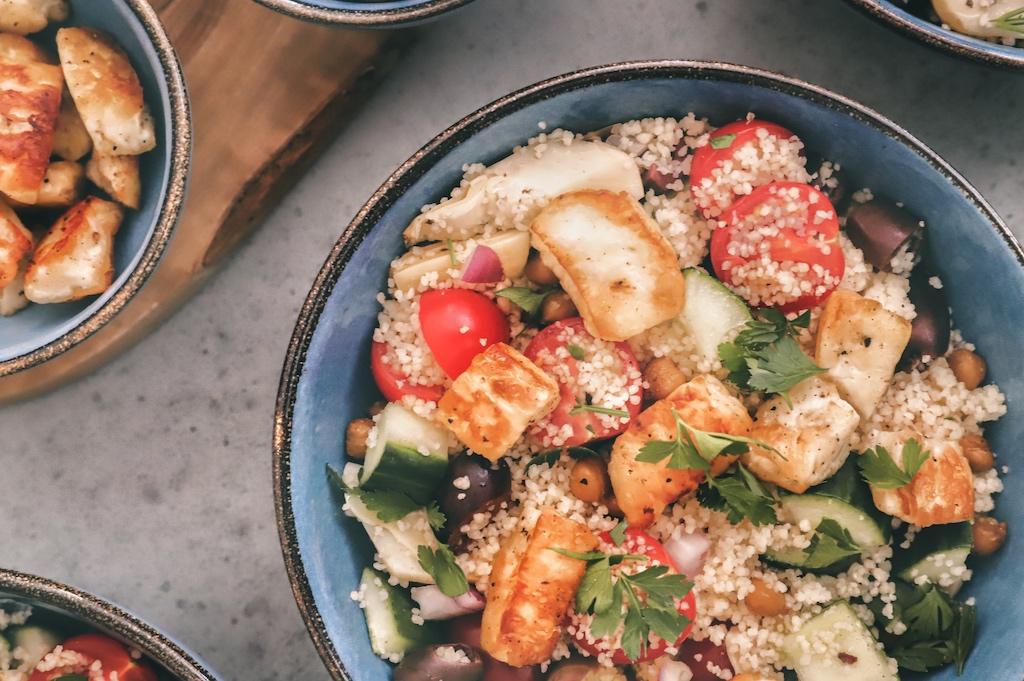 Vegetarische couscous salade  met geroosterde kikkererwten (and lots of veggies)