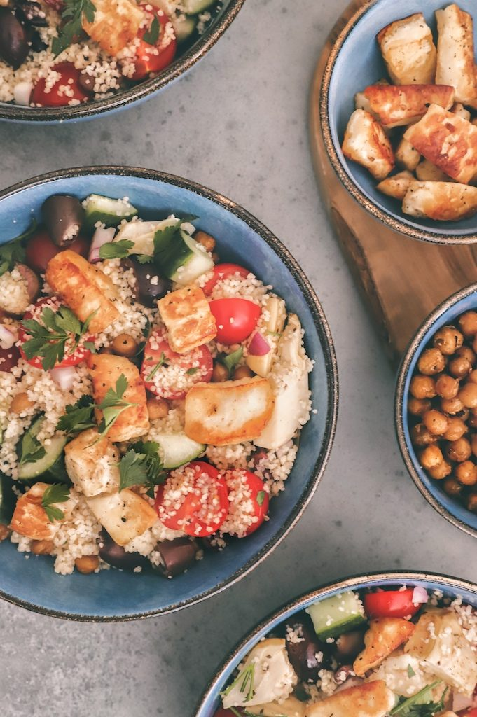 Vegetarische couscous salade met geroosterde kikkererwten