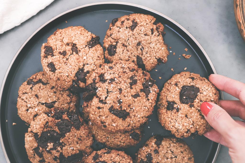 De lekkerste glutenvrije en vegan chocolade koekjes (met een vleugje zeezout)