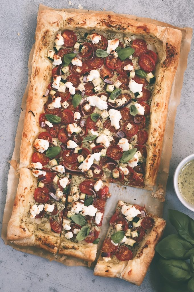 Hartige vegetarische plaattaart met tomaatjes, courgette en pesto