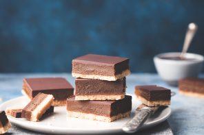 vegan shortbread met karamel en chocolade
