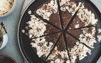 Vegan no bake chocoladetaart met koekjesbodem